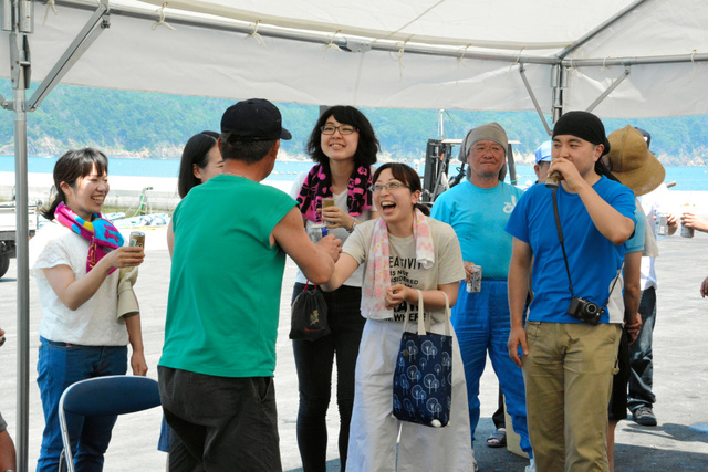 3年ぶりの再会を祝って乾杯する漁師とボランティア=7月31日、石巻市谷川浜