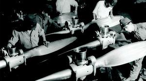 日本楽器製造の工場で戦闘機のプロペラを組み立てる工員ら=1944年、浜松市、ヤマハ提供