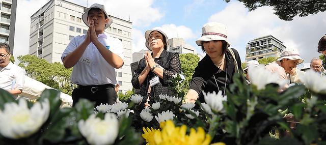 千鳥ケ淵戦没者墓苑で献花し、合掌する人たち=15日午前9時8分、東京都千代田区、白井伸洋撮影