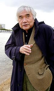 小田実 自身も被災した阪神大震災では「災害大国」の国づくりを訴え、公的援助の必要性を説いて法整備に動いた=2003年12月、兵庫県西宮市