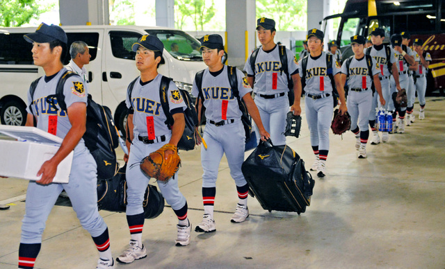 阪神甲子園球場に入る仙台育英の選手たち=20日午前9時30分、兵庫県西宮市、角野貴之撮影