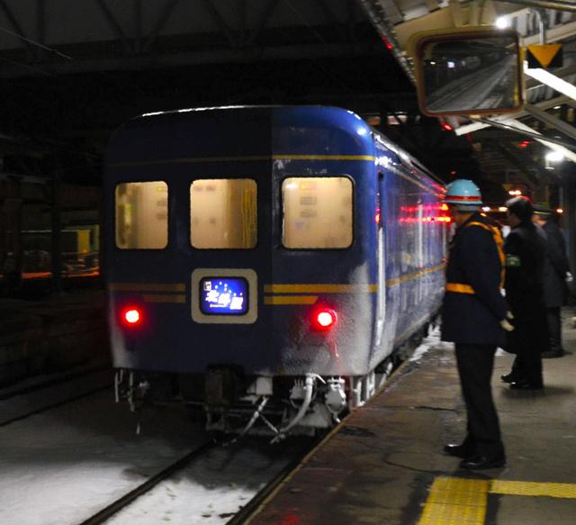 最後の定期運行で青森駅を後にする寝台特急「北斗星」=3月14日午前0時16分、青森駅