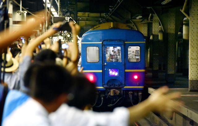 臨時寝台特急「北斗星」の札幌行きがJR上野駅のホームを離れると、集まったファンは手を振りながら「ありがとう」と声を上げた=21日午後4時21分、井手さゆり撮影