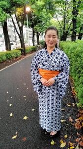 旅役者で女優・声優の岡本茉利さん。桜が満開となる面影橋周辺の景色が好きだという=東京都新宿区
