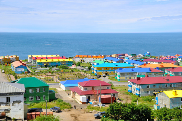 択捉島・紗那(クリリスク)の街並み。建物は2階建てが多く、屋根の色が鮮やかだ=13日、アレクサンドル・ボガツキー撮影