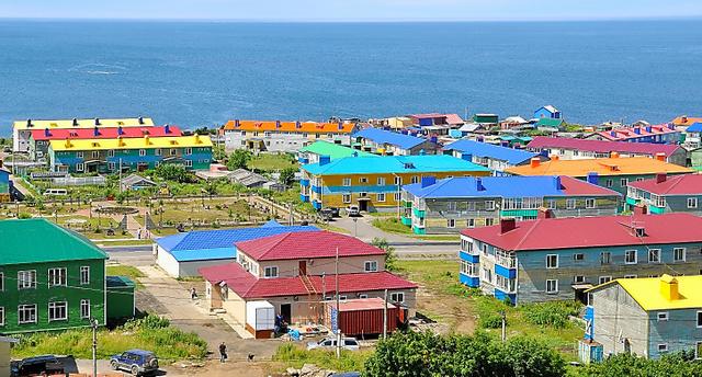択捉島・紗那の街並み。建物は2階建てが多く、屋根の色が鮮やかだ=13日