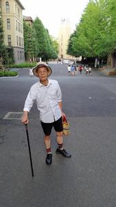 早大キャンパスを歩く坂崎重盛さん。大隈記念講堂が後方に見える=東京都新宿区