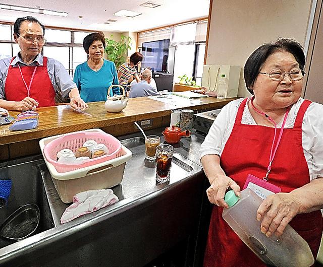 鈴木サワさん(右)と一緒に「ケアカフェ」で働く紀義さん(左)。「俺の気持ちが落ち着き、この人も穏やかになった」=東京都墨田区、仙波理撮影