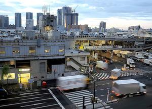 空が明るみ始めた午前5時ごろ、買い付けのトラックが市場に次々と入っていく=東京都中央区築地5丁目、横関一浩撮影