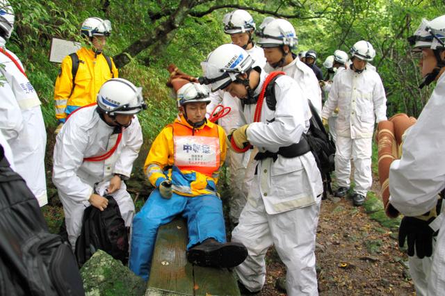 負傷者に名前やけがの状況を尋ねる訓練をする警察学校の生徒=雲仙市