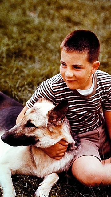 小学生時代に自宅で飼っていたシェパード犬「ティナ」と戯れる時は、戦争や核への不安は忘れた=61年、ミルウォーキー、本人提供