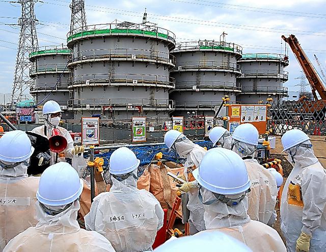 福島第一原発で解体作業が行われるフランジ型タンク=4日、福島県大熊町、代表撮影