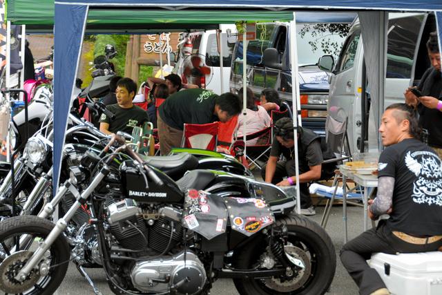 多くのバイクが並んだ会場=美祢市秋芳町秋吉