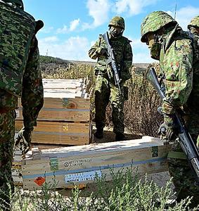 弾薬を入れる木箱を運ぶ後方支援部隊の隊員=6日朝、米カリフォルニア州のペンドルトン基地、福井悠介撮影