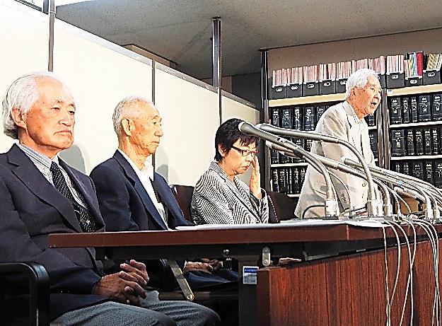 再審請求して記者会見に臨む(左から)武藤軍一郎、椎野徳蔵、坂田和子、土屋源太郎の各氏=2014年6月17日、東京・霞が関