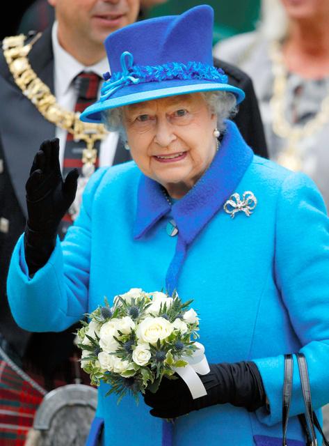9日、スコットランドの鉄道駅で手を振るエリザベス女王=ロイター