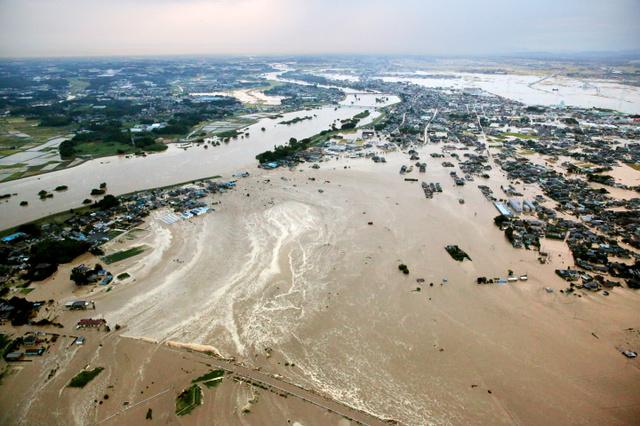 鬼怒川の堤防が決壊
