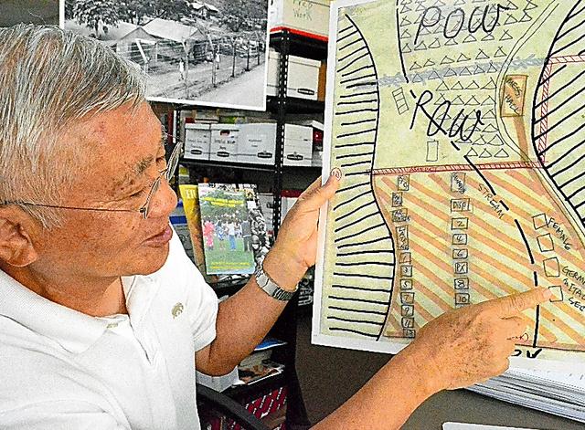 ホノウリウリ強制収容所の図面を示す林達巳=ホノルルのハワイ日本文化センター