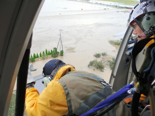 民家が浸水した現場。県警ヘリが上空から住民らを救助した=10日、茨城県常総市、県警提供