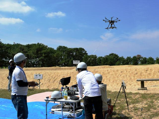 小型分光器を搭載したドローンの飛行実験=観音寺市有明町