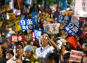 安保関連法案の採決強行に反対し、抗議の声を上げる人たち=16日午後6時34分、国会前、関田航撮影
