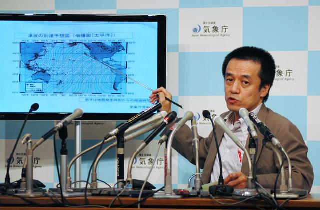 チリ沖地震の津波が日本に到達する可能性について会見する気象庁の長谷川洋平地震津波監視課長=17日午前、東京・大手町、時事