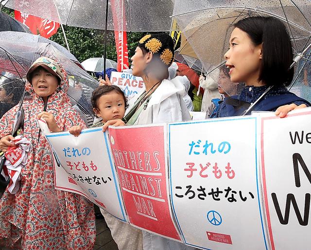 雨が降るなか、国会前で安保関連法案に反対の声をあげる人たち=17日午前11時26分、内田光撮影