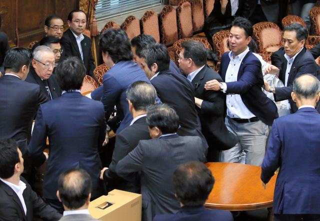 参院特別委で、安全保障関連法案の採決をしようとする鴻池祥肇委員長(左から2人目)に駆け寄る与野党の議員たち=17日午後4時28分、国会内、西畑志朗撮影
