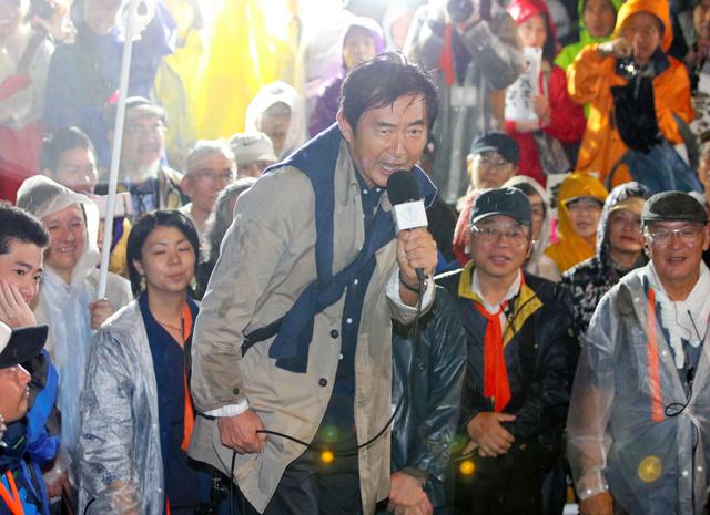安保関連法案の抗議集会に参加し、反対を訴える俳優の石田純一さん=17日午後8時31分、国会前、関田航撮影