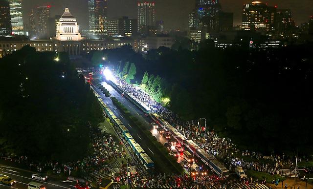 警察車両が並ぶなか、安保関連法案に反対する人たちが国会前に集まった=17日午後6時54分、遠藤啓生撮影