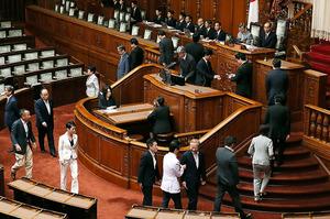 参院本会議で山崎正昭議長の不信任決議案の投票をする議員ら=18日午前11時20分、西畑志朗撮影