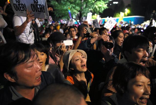 安保関連法が参院で可決・成立した後、国会前で怒りの声を上げる人たち=19日午前2時21分、関田航撮影
