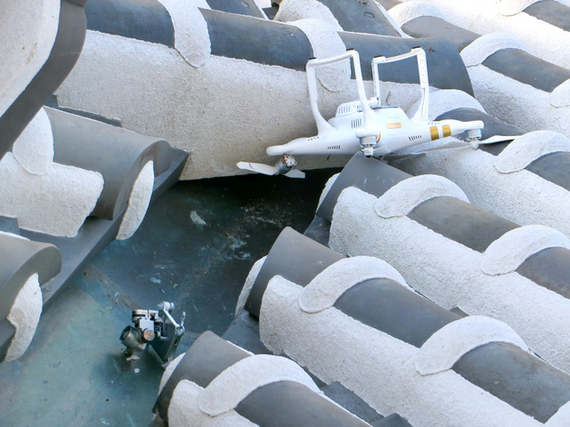 姫路城大天守に衝突した後、屋根に落ちたドローン=姫路市提供
