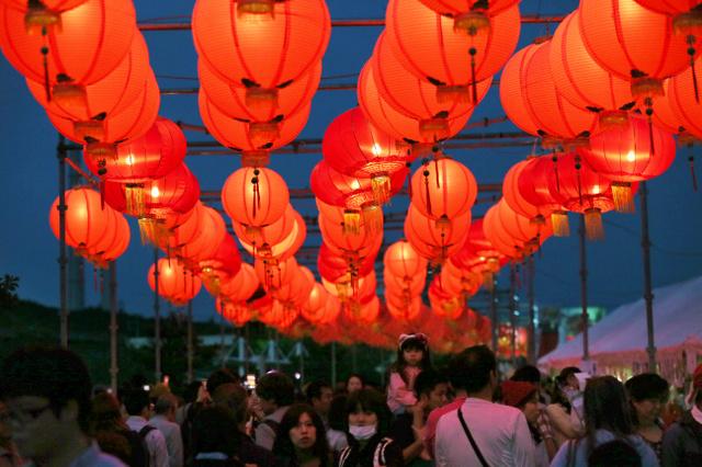 約千個のちょうちんが点灯し、多くの人が楽しんだ=19日夜、山口県美祢市、金子淳撮影