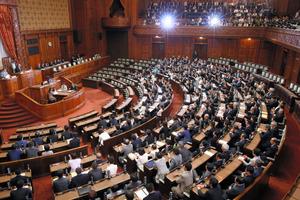 与党などの賛成多数で安保関連法が可決・成立した参院本会議=19日午前2時18分