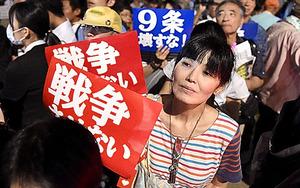 天野祐吉さんの遺骨が入ったペンダントをつけて国会前デモに参加する天野伊佐子さん=15日午後、井手さゆり撮影
