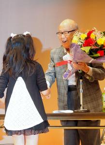 写真・図版 誕生祝いの花束を受け取る金子兜太さん [PR] 皆野町出身の俳人・金子兜太さんの96