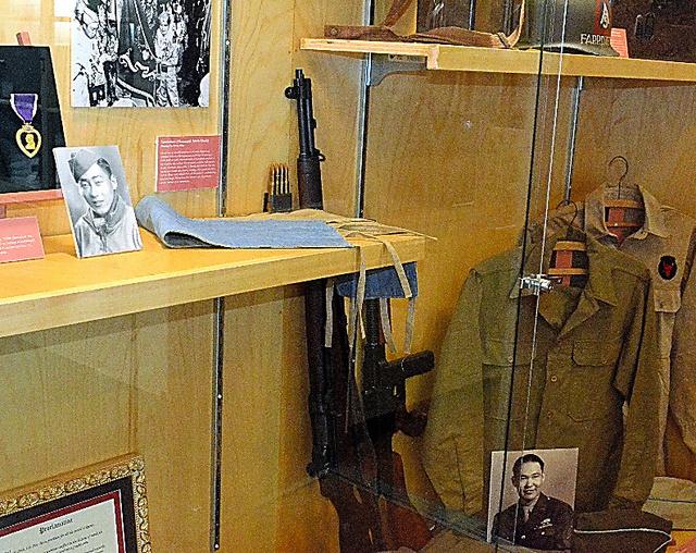 元日系人部隊のクラブハウスに展示されている軍服や銃=ホノルル