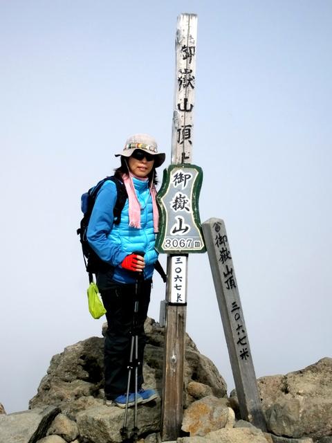 御嶽山の山頂に立つ猪岡洋海さん。哲也さんの遺品のカメラに記録され、撮影時間は噴火の約40分前になっていた=猪岡孝一さん提供