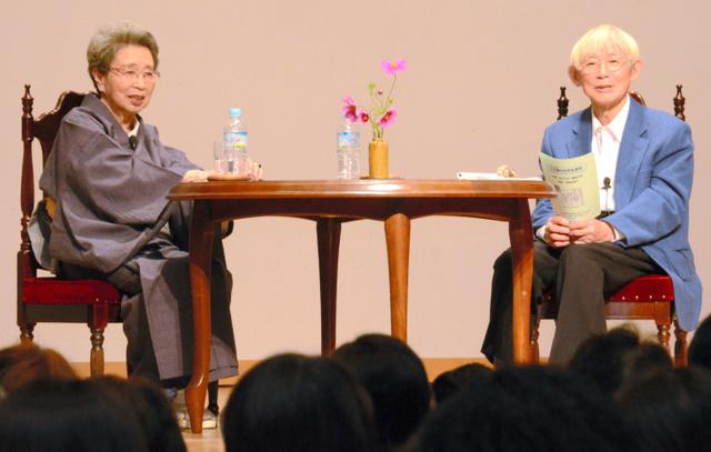 対談する色川大吉さん(右)と澤地久枝さん=北杜市長坂町長坂上条の長坂コミュニティ・ステーション