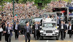 25日、ニューヨークのセントラルパークを車で行進するフランシスコ法王=AP