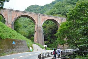 アプトの道の途中にあるアーチ橋「めがね橋」は国の重要文化財だ=群馬県安中市松井田町