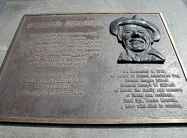 ロナルド・レーガンが1945年にカズオ・マスダに贈った感謝の言葉を刻んだ碑=米カリフォルニア州サンタアナ