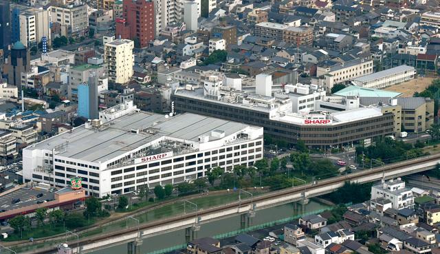 売却が決まったシャープ本社ビル(右)とシャープ田辺ビル(左)=4日午前、大阪市阿倍野区、朝日新聞社ヘリから、遠藤真梨撮影