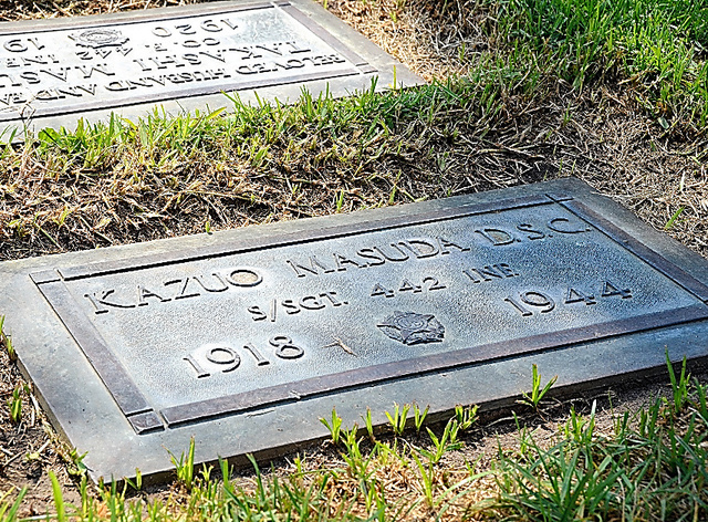 第442連隊所属の記録が刻まれた、カズオ・マスダの墓石=米カリフォルニア州ウェストミンスター