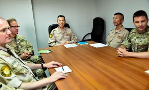 多国籍部隊の会議に臨む伊藤弘・海将補(中央)=マナマ、渡辺丘撮影
