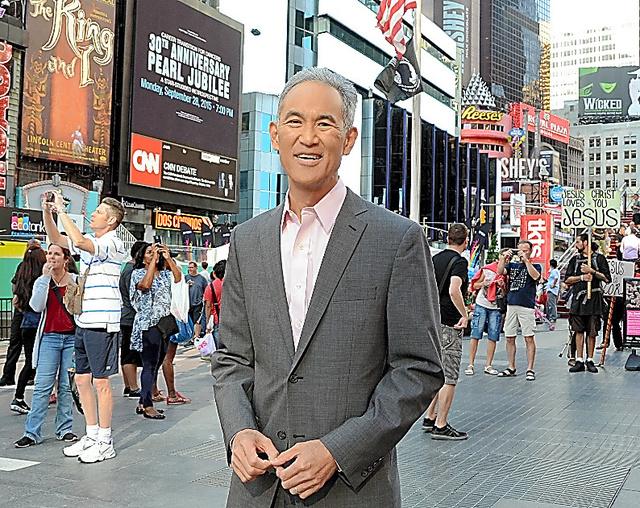 世界中の人が行き来するニューヨークのタイムズスクエアに立つフレッド・カタヤマ