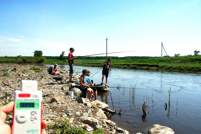 テチャ川で釣りをする子どもたち。幸い線量計の値は高くない=ペトロパブロフスコエ村、副島英樹撮影