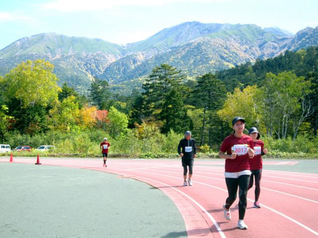 """御嶽山を見晴らすことができる標高約1700メートルのコースを駆け抜ける飛<Asajikai sjis=""""騨"""">驒</Asajikai>御嶽ハーフマラソンの参加者ら=下呂市小坂町の御嶽パノラマグラウンド"""