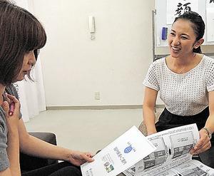 事務所でスタッフと打ち合わせをする福岡県議の大田京子さん(右)=福岡市南区
